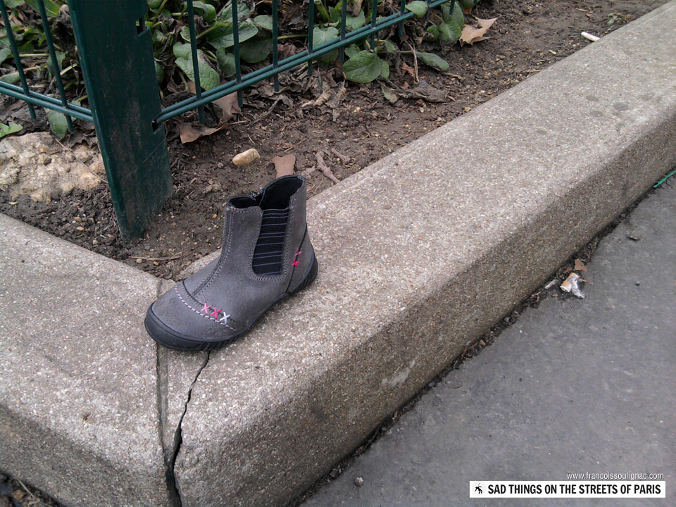 Sad things on the Streets of Paris, Chaussure bottine enfant perdue
