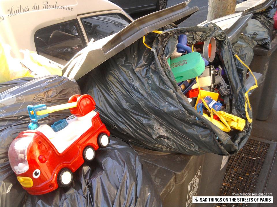 Sad things on the Streets of Paris, Sac de jouets neufs jetés à la poubelle