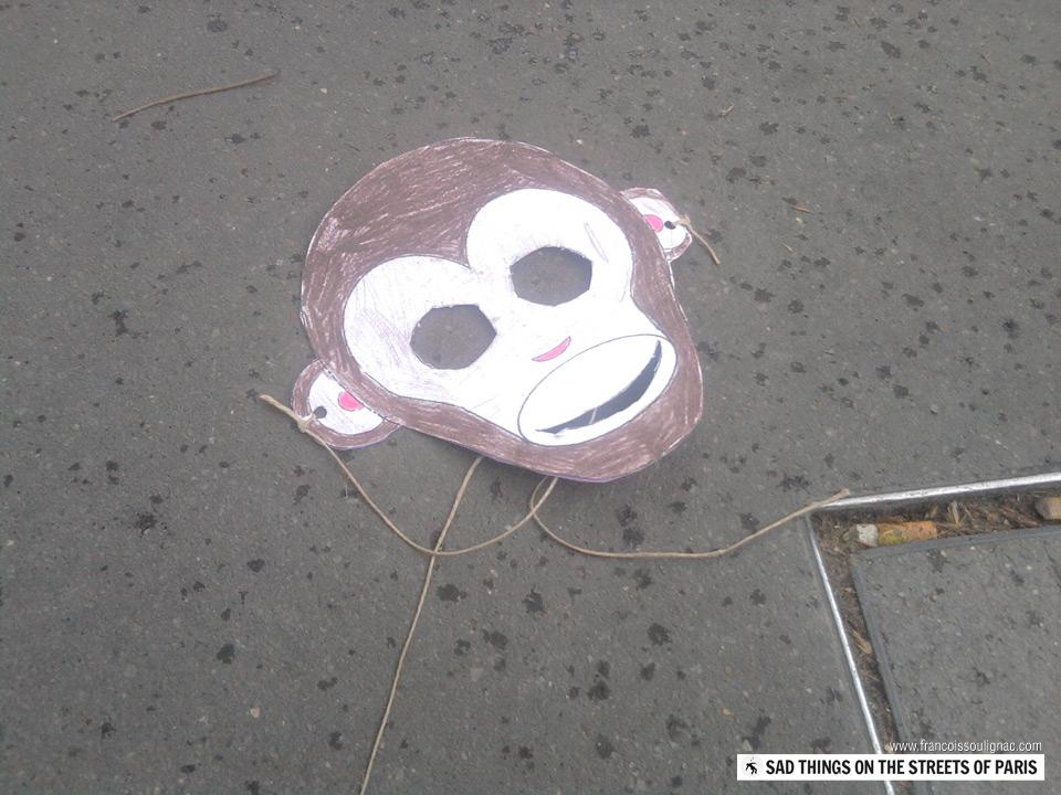 Sad things on the Streets of Paris, Masque de singe pour enfant perdu