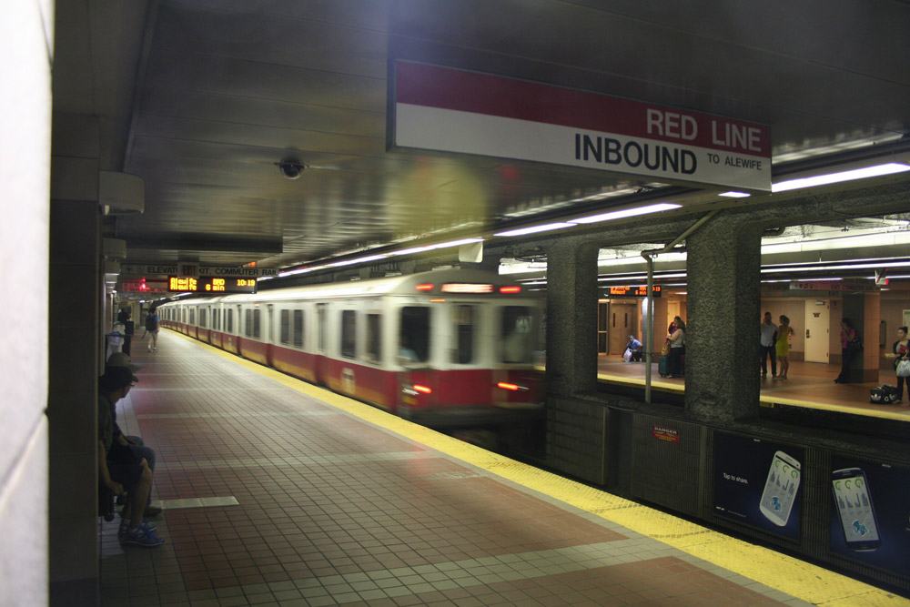 Boston Subway - MBTA red line - arrival of the train step 01